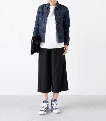 こちらはデニムジャケットと色をそろえて。きれい目ガウチョパンツで、ゆるいシルエットでもメリハリあるスタイリングです。