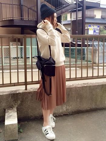 上品な印象のプリーツスカートを、スポーティーに着こなしています。ボーイッシュになりすぎないように、トップスやスニーカーを白にするのがおすすめです。