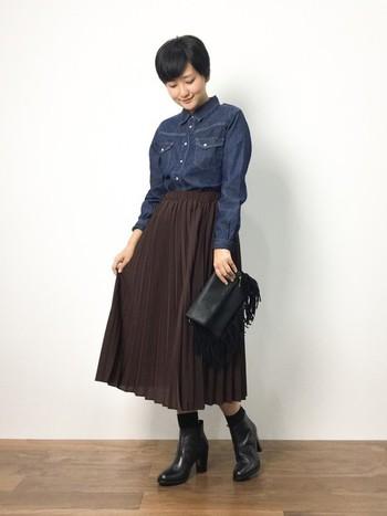 デニムシャツとプリーツスカートで、秋らしいコーディネートに。バッグとブーツを黒にして大人っぽくまとめましょう。