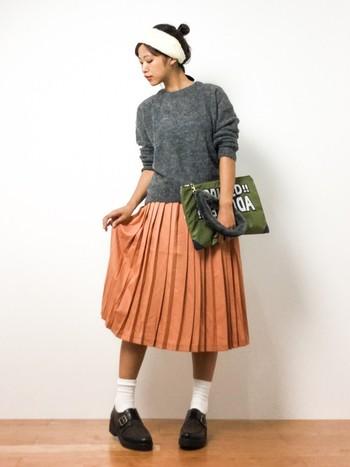 プリーツスカートのきれいな色が映えるコーディネートです。足元は白ソックスとマニッシュなシューズでまとめましょう。