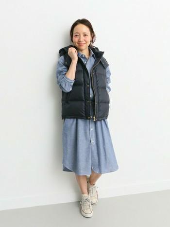 大きめのベストをダボっと着るのもカワイイ。ワンピとスニーカーだけだと春っぽい装いだけど、ダウンベストが暗めの色だからプラスすることでグッと秋らしく感じられます。