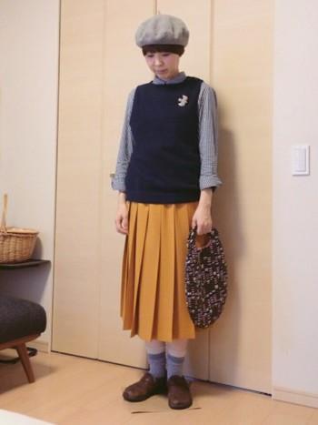 ひだの幅が広めできっちりとした印象のプリーツスカートです。シャツとソックスの色を合わせるとバランスが良くなりますよ。