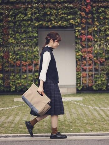 ベストとプリーツスカートと合わせて、スクールテイストに。かっちりしたファッションにも、ビルケンのシューズはよく似合います。