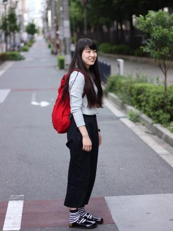モノトーンコーデにもビルケンはぴったり。ツヤ感のあるエナメル素材です。バッグを赤にして元気いっぱいのコーディネートです。