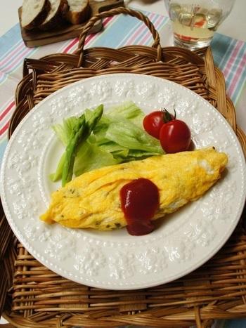 こちらは、バジルを入れたオムレツです。卵に刻んだバジルを加え、フライパンで焼きます。だし巻き風に作れば、一気におつまみ感が増します。