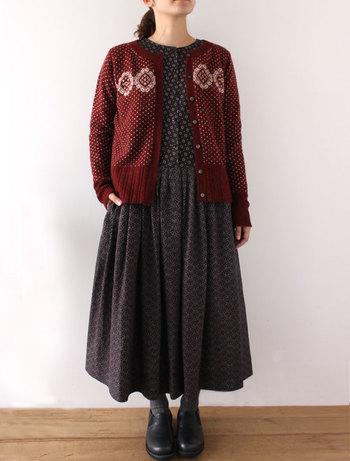 """■カーディガン ヘレネ/グレナ  落ち着いた赤が秋冬らしく何にでも合わせやすいカーディガン。「PAYSANNE=農婦」をテーマに""""フランスの農婦が日々の暮らしの中で着ていた素朴なプリント柄""""があしらわれています。 合わせやすいコンパクトなシルエットで、ワンピースやフレアスカートと合わせるとナチュラルで可愛らしい雰囲気に。着心地もよく暖かいので、秋のお出かけにもぴったりです。"""