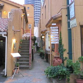 神楽坂駅から徒歩約5分。レストランが数店入っている地中海風の建物の2階にあります。少し分かり辛いかもしれないので注意してくださいね。