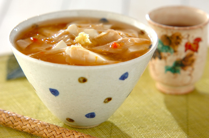 うどんのつゆの代わりにかけられているのは、とろみのついた合わせ梅だし。うどんと一緒におぼろ豆腐と湯葉が入っていて、優しい味わいの一杯になっています。風邪の時なんかにもぴったりなレシピですね。