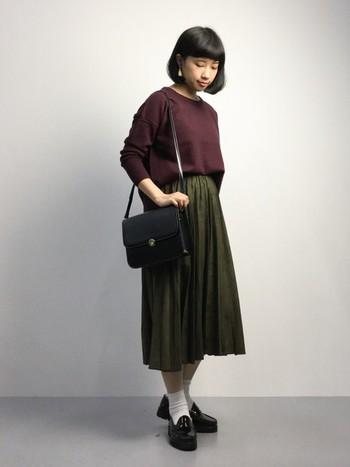 バーガンディのクルーネックにスエードのプリーツスカートを合わせて。深い色合いが素敵な秋色のコーデ。
