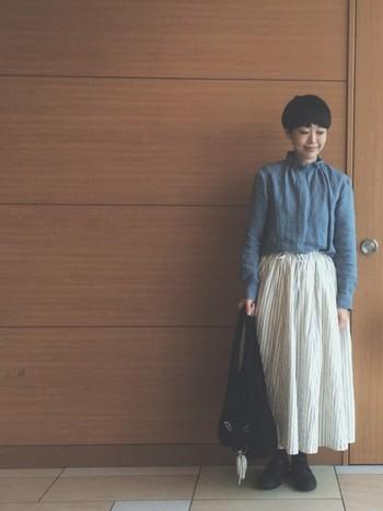 個性派ハイネックにシンプルなスカートがぴったりなコーデ。一見難しいデザインのハイネックですが、シンプルなスカートできれいなバランスのコーデに。