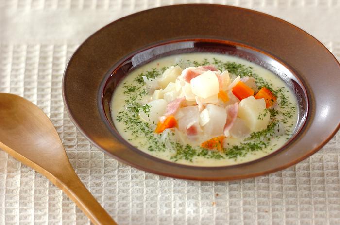 大根や玉ねぎ、じゃがいも、にんじん、ベーコンなど、お野菜たっぷりの優しいミルクスープ。疲れた心と体にしみわたる一品です。