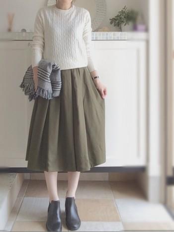 白のクルーネックに柔らかい色合いのカーキのスカート。優しい雰囲気のコーデです。ショールを軽く羽織ることによって、また違った印象になります。