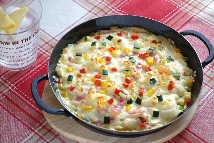 ホワイトソースは生クリーム控えめで、絹ごし豆腐がベースです。パプリカやズッキーニ等の野菜、更に食べやすいサイズに切ったうどんが入ったグラタンはヘルシーなのに具沢山でボリュームもたっぷり。皆で取り分けて頂きましょう!