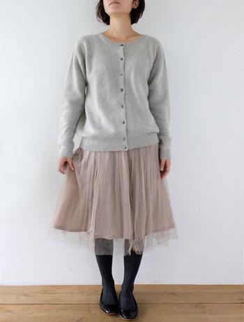 ■カーディガン エルサ/サンドル  上質で着心地の良いカシミヤセーブルのクルーネックカーディガンに、シルク素材のスカート、サシャ・チュールを合わせて。 優しいライトグレーとふんわりとしたサシャの質感が、柔らかな女性らしさを引き出してくれています。 タイツと靴のブラックで全体の色味を締めてあげると、大人っぽいフェミニンな着こなしに。