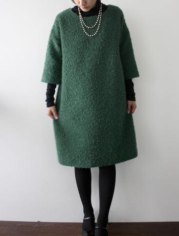 ■ワンピース ロサ/ボカージュ(緑) 上品なツイード地のワンピース。 一枚でさらっと着ても様になりますが、タートルを重ね着することでより一層秋冬らしい着こなしになります。 コーディネートにパールのネックレス、ストラップ付パンプスを合わせてクラシカルに。
