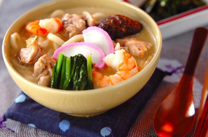うどんを入れた茶碗蒸しは小田巻き蒸しとも言われます。軽く湯がいたうどんを加える以外は茶碗蒸しと同じ作り方。おもてなしの一品にしてもおしゃれですね。