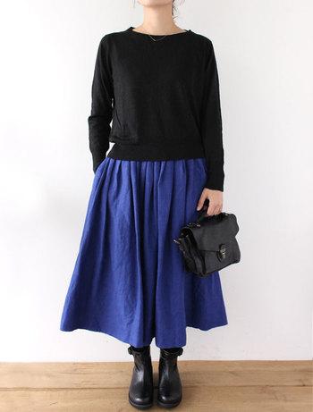 ■スカート ファニ・ブルーエ 全体に落ち着いたトーンのコーディネートになりがちな秋冬。 パキっとした鮮やかなブルーを合わせることで、秋冬コーデを洗練された華やかな印象にしてくれます。