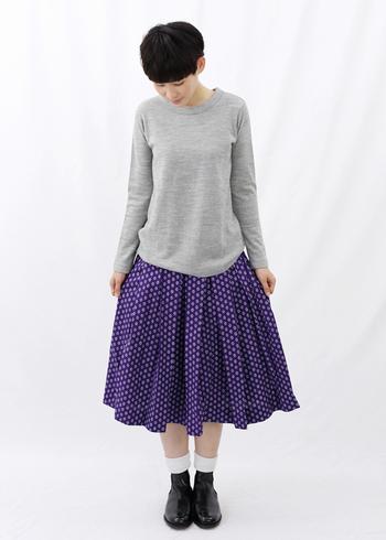 レトロな柄のプリントが可愛いボックスプリーツスカートです。足元はソックスと黒のブーツでかっちりめにまとめましょう。