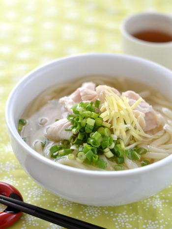 鶏むね肉を使って具と出汁を同時に作る簡単レシピ。しょうがをたっぷり加えた、体の芯から温まるうどんです。