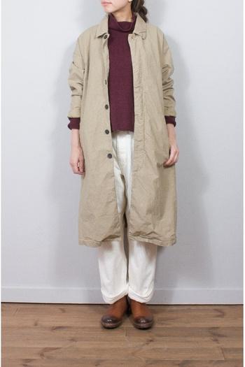 シンプルなステンカラーのロングコートは、飾らないコットン素材でナチュラルに決めるのがいいですね。今年らしくするなら袖を軽くたくしあげるのがポイント。
