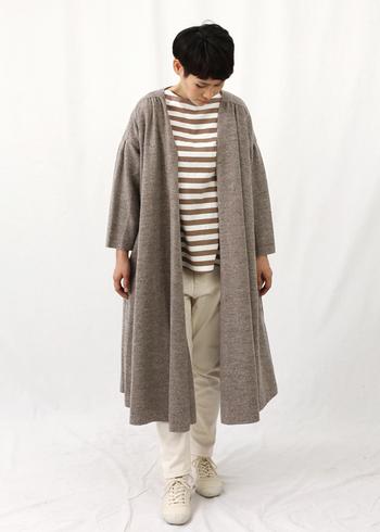 ニット系のガウンコートは、ベージュがナチュラルに着こなせますよ。柔らかな印象の強いベージュは秋冬の季節感もしっかりキープできますね。