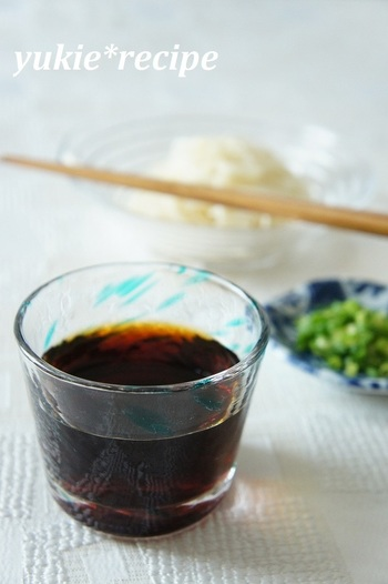 まずは簡単な麺つゆの作り方をご紹介したいと思います。醤油、砂糖、みりんと市販の細粒だしだけで簡単にできるんですよ!