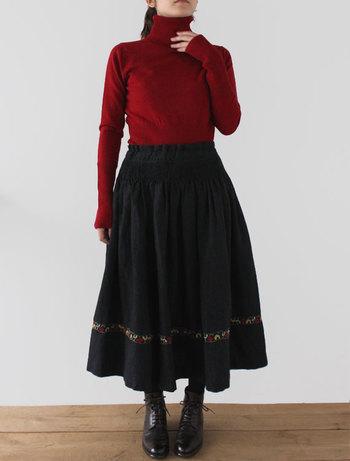 ■スカート ヴィエノ/チロリアン 柔らかなウールリネンスカート。 前ウエストは手作業でぐし縫いしギャザーを寄せ、スカート下部分には可愛らしい柄があしらわれています。 後ろはストンとしたAライン。ウエスト部分は紐でサイズを調節可能です。 ふんわり広がるシルエットを活かすため、ウエストをインして着るのがおすすめです。