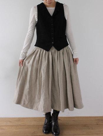 ■スカート ヴィエノ・グリドラン(フラックス) こちらも前後で表情の違うリネンスカート。 こんな風にベストを合わせることで、ふわっとしたスカートのシルエットが強調され、メリハリのある良バランスに。