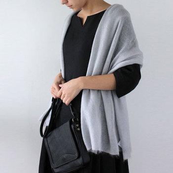 ■ストール シャール・ファンニ シルクモヘヤのニットストール。ふんわりとした柔らかな素材が肌を優しく包み込み、光沢のある質感が品質の良さを感じさせます。 さらっと羽織るだけで、上品なコーディネートに。