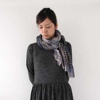 ■Khadi&CO ウールストール/チャコールチェック 手織りのウールストール。秋冬トレンドのチェック柄が可愛らしく、巻き方で様々な印象が楽しめます。 ベーシックなワンピースコーデの首元にくるっと巻いて華やかに。