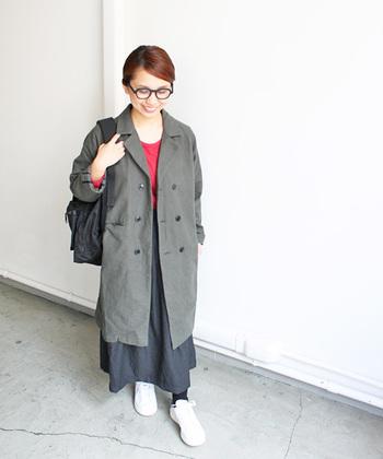 ダブルコート特有のきちんと感と、コットンネルの柔らかな風合いが融合したアイテム。ロングコートにロングスカートを合わせて、絶妙なバランスを楽しめます。