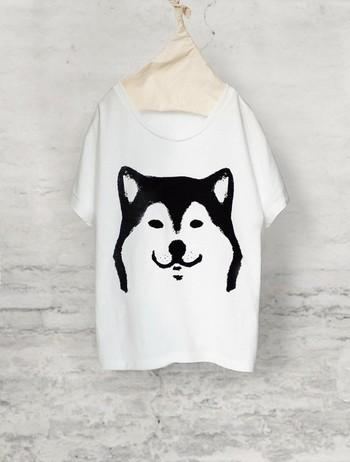 柴犬プリントのTシャツです。見れば見るほど引きこまれるこの愛くるしい表情。なんだか餌をあげたくなっちゃいますね(笑)