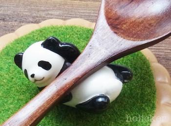 パンダ箸置きです。こんなに可愛いパンダがダイニングに置いてあったら、なんだか食事も賑やかになりそうですね。