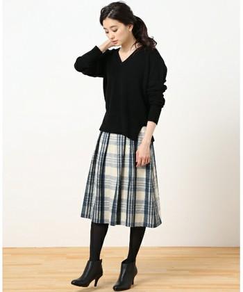 幅広プリーツの、トラディショナルなキルトのチェックスカートは、ピンヒールのショートブーツをあわせるとより女性らしい印象になりますね。