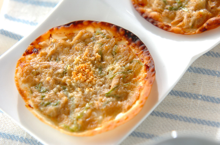 ピザとは言っても餃子の皮を使うので、生地を作る必要はありません。おつまみや、パーティーの一品にどうぞ。