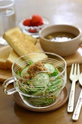 ふりかけにしたりサラダのトッピングにしたりと、ひとつあるといろいろ役立つツナそぼろ。汁気をしっかり飛ばして、ポロポロにするのがポイントです。