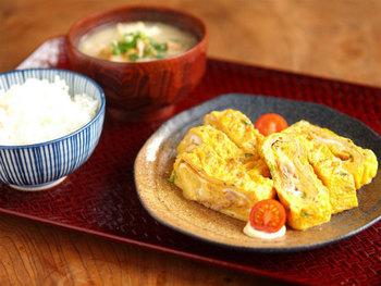 ツナとチーズとたまごという、間違いのない組み合わせで作る絶品たまご焼き。切り分けると、中からチーズがトロリと溢れます。