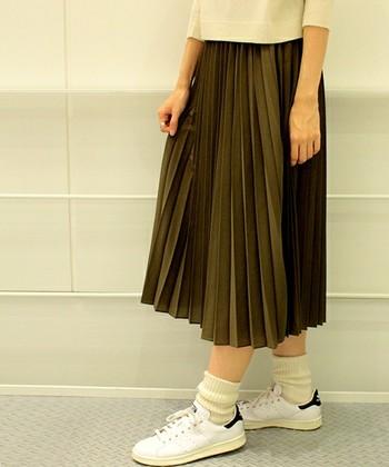 整ったひだがきれいなプリーツスカート。柔らかく可愛らしいコーデも、きちんとした装いもお任せのアイテムです。足元に変化をつけることで、レディにもガーリーにもカジュアルにも着こなせるんですよ!いろんな靴と合わせてみましょう。