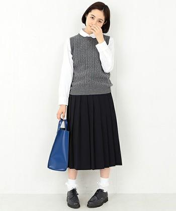 ウール素材のプリーツスカートにニットベストをあわせて、スクールガールのよう。折り返しのソックスやブラウスの丸襟がガーリーさをプラスしていて、大人かわいいコーディネートです。