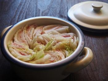 大根、白菜、豚バラというトリオのお鍋。これに加えるのはニンニクと水、出汁だけ。素材同士がぐつぐつ煮込むお鍋のなかでうまみを引き合い出します。大根、白菜、豚バラ、大根、白菜・・・・・と重ねて重ねてミルフィーユ状態にして楽しんでくださいね。