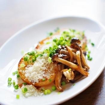 大根をただソテーするだけじゃ物足りない!という方におすすめ。パルミジャーのチーズの濃くが大根の味を引き立たせます。甘辛のソースも大根とチーズを盛り上げる美味しさに!大根だって立派なステーキに大変身。
