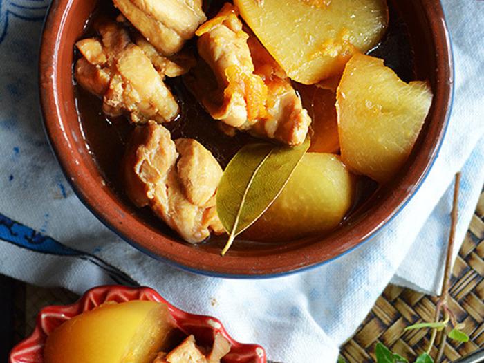 お魚ならブリと大根、お肉なら鶏肉と大根。お肉の中で特に相性がよい鶏肉をハーブと一緒に煮込んだ一品です。味付けにはポン酢とお醤油そしてマーマレード。和と西の素材を上手に組み合わせた大根の爽やか煮込み料理です。
