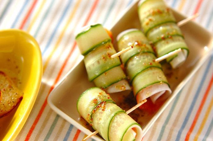火を使わずにすぐ作れる「サーモンと大根のくるくるサラダ」。ピーラーを使ってキュウリも大根もスライスすれば簡単にできます。最後にかけるドレッシングはお好みの味でアレンジすればOK!