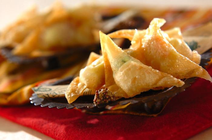 基本のポテトサラダにカレー粉を加えてシュウマイの皮に包んで揚げたサモサ。カレーの香りがくせになりそうな美味しさです。
