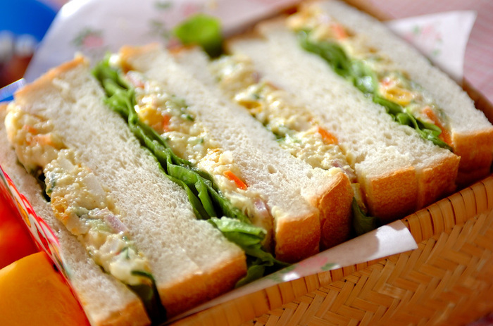 定番のポテトサラダに水煮コーンとカレー粉をプラスしてパンにはさみます。カレー粉が効いたボリュームたっぷりのサンドイッチに早変わりです。