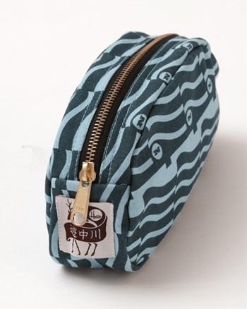 マチの付いたファスナータイプはしっかりとした収容力と、バッグの中に納まりやすい安定感が頼もしいですよね。