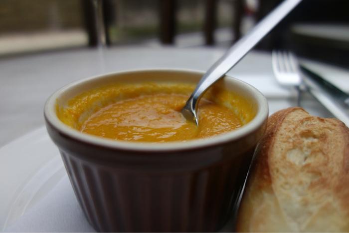ランチの人参とオレンジのスープはスパイシーでパンとの相性もバツグンです!