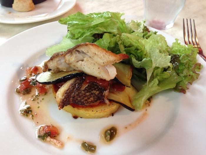 ある日のメインのお魚料理。めばると茄子のミルフィーユは一番下に厚切りジャガイモが敷いてあり、そのうえに薄切りの茄子。めばるはカリッとして皮まで美味しく、かなりのボリュームでお腹いっぱいになります。