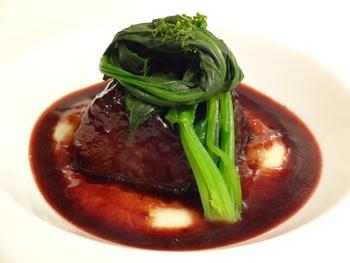 主菜の黒毛和牛ホホ肉の赤ワイン煮込みもうっとりしてしまう見栄えです。ジャガイモピュレ・デミグラスソースの上にホホ肉とホウレンソウを配した品です。よく煮込まれたホホ肉は、ホロッと崩れて感動してしまいます。