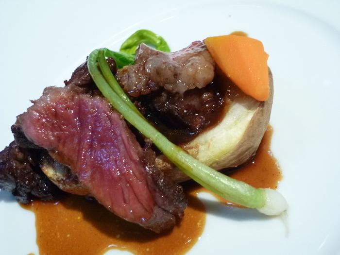 柔らかい牛肉の下には、ポテトをくりぬいてフランが詰められています。